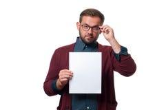 Επιχειρησιακό άτομο που παρουσιάζει κενό σημάδι καρτών εγγράφου Στοκ εικόνα με δικαίωμα ελεύθερης χρήσης