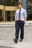 Επιχειρησιακό άτομο που περπατά έξω του γραφείου Στοκ Εικόνες