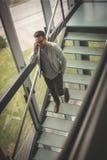 Επιχειρησιακό άτομο που περπατά στα σκαλοπάτια Στοκ Εικόνες