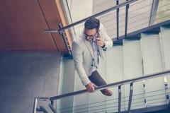 Επιχειρησιακό άτομο που περπατά στην εργασία Επιχειρησιακό άτομο στα σκαλοπάτια που μιλούν επάνω Στοκ φωτογραφίες με δικαίωμα ελεύθερης χρήσης