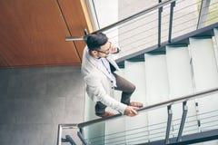 Επιχειρησιακό άτομο που περπατά στην εργασία Επιχειρησιακό άτομο στα σκαλοπάτια που μιλούν επάνω Στοκ Φωτογραφίες