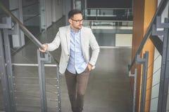 Επιχειρησιακό άτομο που περπατά στην εργασία Επιχειρησιακό άτομο στα σκαλοπάτια Στοκ εικόνες με δικαίωμα ελεύθερης χρήσης