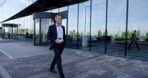 Επιχειρησιακό άτομο που περπατά υπαίθρια απόθεμα βίντεο