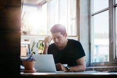 Επιχειρησιακό άτομο που σκέφτεται για ένα πρόβλημα στο lap-top του Στοκ φωτογραφία με δικαίωμα ελεύθερης χρήσης