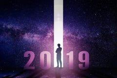 επιχειρησιακό άτομο που στέκεται με έννοια έτους του 2019 τη νέα στοκ εικόνα