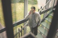 Επιχειρησιακό άτομο που στέκεται στα σκαλοπάτια Στοκ φωτογραφία με δικαίωμα ελεύθερης χρήσης