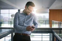 Επιχειρησιακό άτομο που στέκεται στο επιχειρησιακό κτήριο Δακτυλογράφηση επιχειρησιακών ατόμων Στοκ Εικόνες