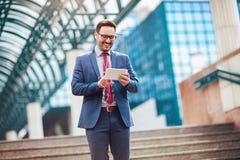 Επιχειρησιακό άτομο που στέκεται στο επιχειρησιακό κτήριο Στοκ Φωτογραφίες