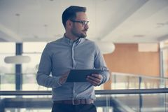 Επιχειρησιακό άτομο που στέκεται στο επιχειρησιακό κτήριο Επιχειρησιακό άτομο workin Στοκ φωτογραφίες με δικαίωμα ελεύθερης χρήσης