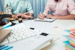 Επιχειρησιακό άτομο που συζητά πολύ σοβαρά στον εργασιακό χώρο, teamwor Στοκ φωτογραφία με δικαίωμα ελεύθερης χρήσης