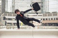 Επιχειρησιακό άτομο που τρέχει στην εργασία Στοκ φωτογραφία με δικαίωμα ελεύθερης χρήσης