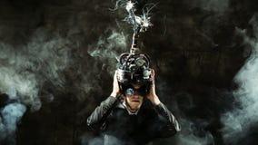 Επιχειρησιακό άτομο που φορά ένα κράνος εγκέφαλος-ελέγχου