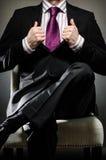 Επιχειρησιακό άτομο που φορά το κοστούμι Στοκ Εικόνες