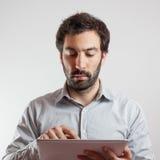 Επιχειρησιακό άτομο που χρησιμοποιεί έναν υπολογιστή ταμπλετών Στοκ Εικόνα
