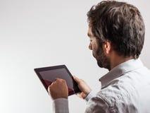 Επιχειρησιακό άτομο που χρησιμοποιεί έναν υπολογιστή ταμπλετών Στοκ εικόνες με δικαίωμα ελεύθερης χρήσης