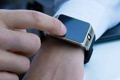 Επιχειρησιακό άτομο που χρησιμοποιεί το smartwatch του app στο καθημερινό φως Στοκ Εικόνες