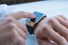 Επιχειρησιακό άτομο που χρησιμοποιεί smartwatch app Στοκ Φωτογραφίες