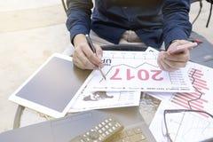 Επιχειρησιακό άτομο που χρησιμοποιούν το lap-top και το smartphone και ταμπλέτα για το αναλυτικό οικονομικό υπαίθριο pla προγραμμ Στοκ εικόνες με δικαίωμα ελεύθερης χρήσης