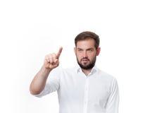Επιχειρησιακό άτομο που ωθεί πλήκτρο το ΟΝ Άτομο μπροστά από την οπτική οθόνη αφής Στοκ Εικόνα