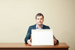Επιχειρησιακό άτομο σε ένα γραφείο στοκ φωτογραφία