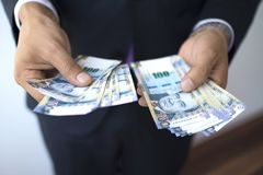 Επιχειρησιακό άτομο σε ένα κοστούμι που μετρά 100 λογαριασμούς πελμάτων, περουβιανή έννοια νομίσματος στοκ εικόνα