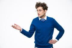 Επιχειρησιακό άτομο στα γυαλιά που παρουσιάζει κάτι Στοκ Φωτογραφίες