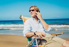 Επιχειρησιακό άτομο στην παραλία Στοκ Φωτογραφίες