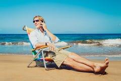 Επιχειρησιακό άτομο στην παραλία Στοκ εικόνες με δικαίωμα ελεύθερης χρήσης