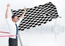 Επιχειρησιακό άτομο στη γραμμή τερματισμού ενάντια στον άσπρο ορίζοντα και την ελεγμένη σημαία Στοκ εικόνα με δικαίωμα ελεύθερης χρήσης