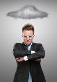 Επιχειρησιακό άτομο στις στάσεις γυαλιών κάτω από το θυελλώδες σύννεφο Στοκ Φωτογραφία