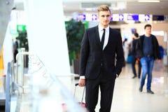 Επιχειρησιακό άτομο στον αερολιμένα με τη βαλίτσα Στοκ Εικόνες