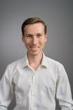 Επιχειρησιακό άτομο στο άσπρο πουκάμισο, πορτρέτο στο γκρίζο υπόβαθρο στοκ φωτογραφίες με δικαίωμα ελεύθερης χρήσης