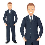 Επιχειρησιακό άτομο στο κοστούμι που στέκεται, χέρια στα ισχία, χαμόγελο Στοκ Φωτογραφία