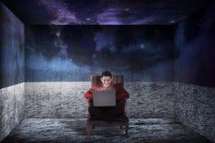 Επιχειρησιακό άτομο στο δωμάτιο όπως το μακρινό διάστημα Στοκ Εικόνες
