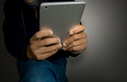 Επιχειρησιακό άτομο χεριών που ωθεί σε ένα κουμπί αφής κενό Στοκ Εικόνες