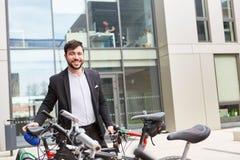 Επιχειρησιακό άτομο ως κλίμα-φιλικό ποδηλάτη στοκ εικόνες