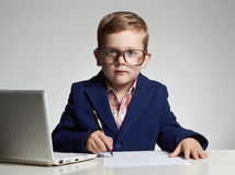 Επιχειρησιακό αγόρι αστείο παιδί στα γυαλιά που γράφει τη μάνδρα λίγος προϊστάμενος στην αρχή Στοκ φωτογραφίες με δικαίωμα ελεύθερης χρήσης