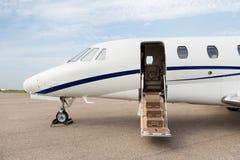 Επιχειρησιακό αεριωθούμενο αεροπλάνο με τη ανοιχτή πόρτα στοκ φωτογραφίες με δικαίωμα ελεύθερης χρήσης