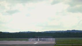 Επιχειρησιακό αεροπλάνο που πλησιάζει στον αερολιμένα απόθεμα βίντεο