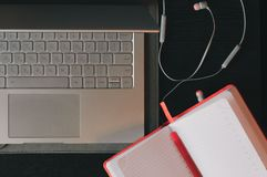 Επιχειρησιακό διάστημα εργασίας στο γραφείο σημειωματάριο lap-top Στοκ φωτογραφία με δικαίωμα ελεύθερης χρήσης