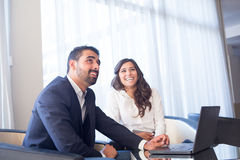 Επιχειρησιακό ζεύγος με τον υπολογιστή Στοκ Εικόνα