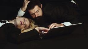 Επιχειρησιακό ζεύγος που χρησιμοποιεί το lap-top - που εθίζεται Όμορφος άνδρας και όμορφη γυναίκα υπόβαθρο - κοινωνικός που εθίζε φιλμ μικρού μήκους