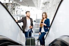 Επιχειρησιακό ζεύγος στον αερολιμένα Στοκ Εικόνες