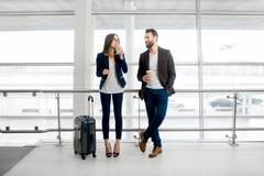Επιχειρησιακό ζεύγος στον αερολιμένα Στοκ Φωτογραφία
