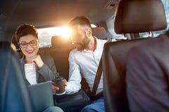 Επιχειρησιακό ζεύγος στο αυτοκίνητο στο επαγγελματικό ταξίδι Στοκ φωτογραφία με δικαίωμα ελεύθερης χρήσης