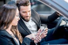 Επιχειρησιακό ζεύγος στο αυτοκίνητο Στοκ Εικόνες