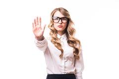 επιχειρησιακό κορίτσι με eyeglasses με το σημάδι στάσεων στο άσπρο backgroung Στοκ Φωτογραφία
