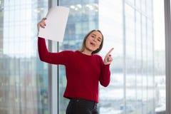 Επιχειρησιακό κορίτσι στο παράθυρο με την ανάγνωση εγγράφων χαρά στις λύσεις υπογραφή της συμφωνίας και συμφωνία με τους συνεργάτ στοκ εικόνες