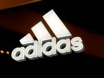 Επιχειρησιακό λογότυπο της Adidas στην τοπική λεωφόρο στοκ φωτογραφίες