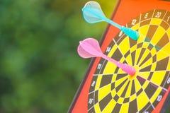 Επιχειρησιακό μάρκετινγκ και έννοια στρατηγικής: Κλείστε επάνω το ρόδινο στόχο χτυπήματος βελών στον πίνακα βελών Στοκ Φωτογραφία